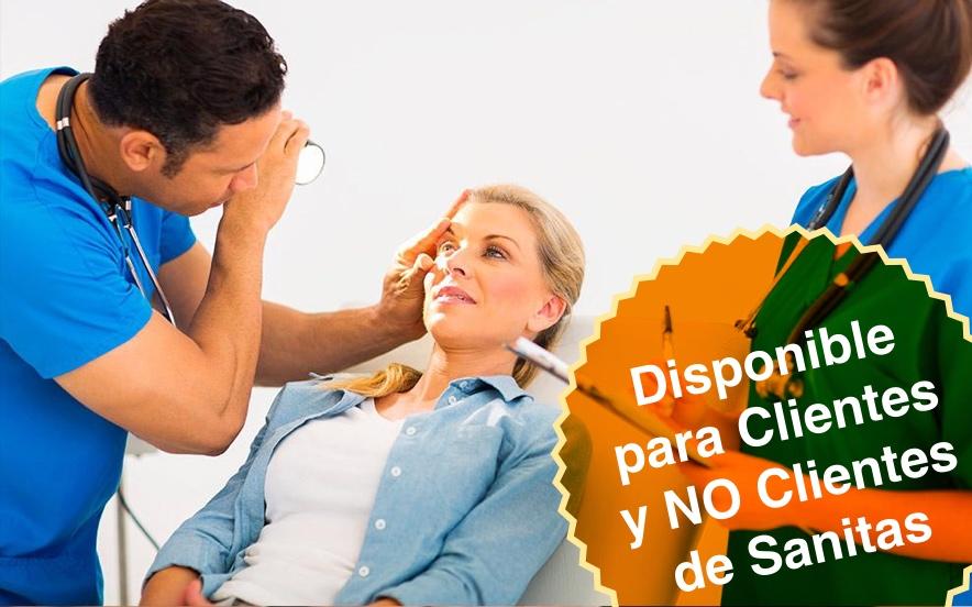 Médico examinando vista a una mujer